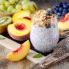 Porridge de chia pêches myrtilles et kiwis