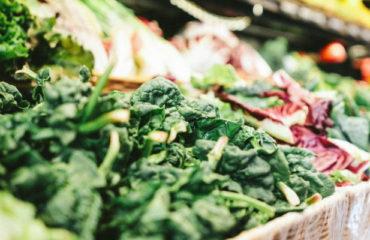 Etalage de légumes en supermarché